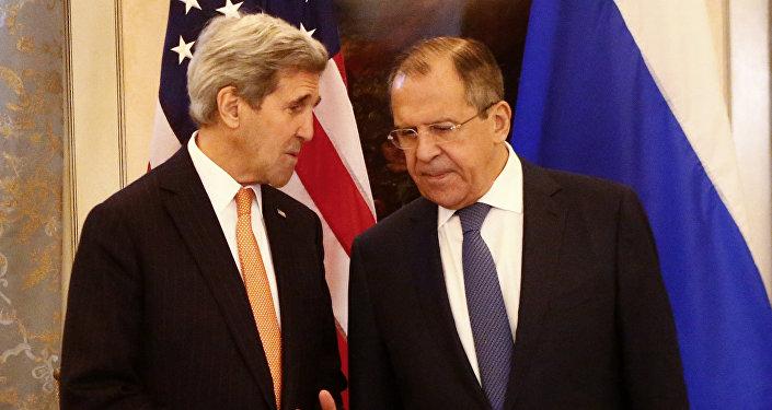 John Kerry durante encontro com o chanceler russo, Sergei Lavrov, em Viena