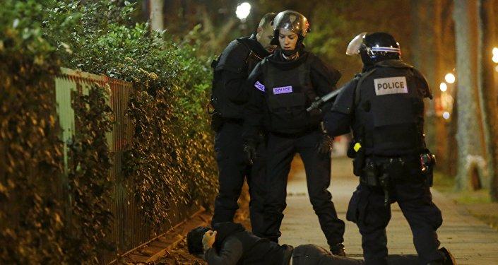 Polícia interroga um homem suspeito de ter participado de ataques em Paris