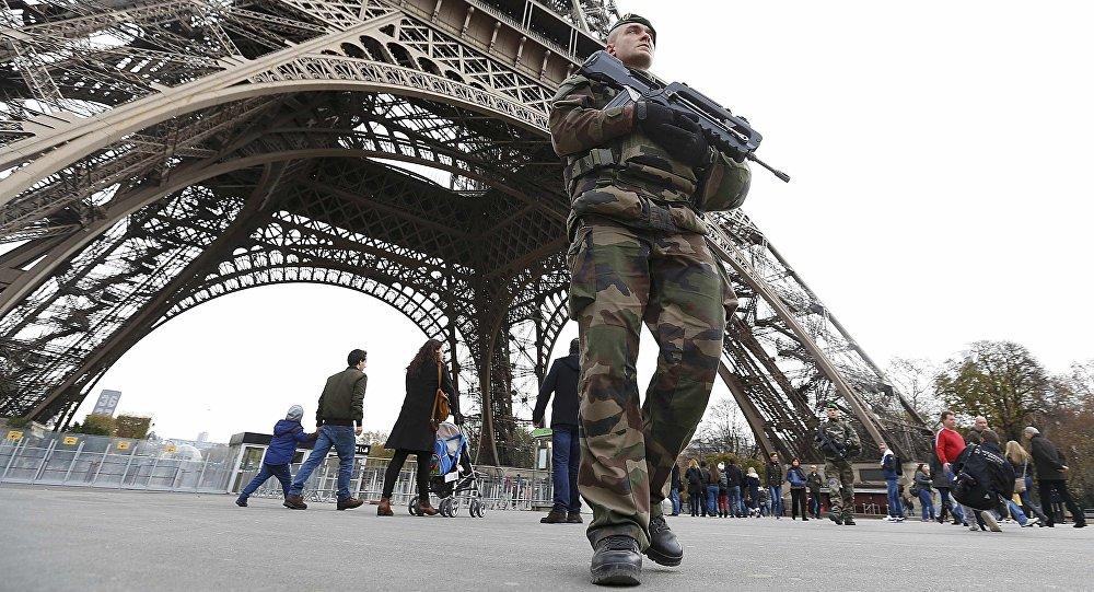 Patrulha militar francesa perto da Torre Eiffel no dia após uma série de ataques mortais em Paris, 14 de novembro, 2015