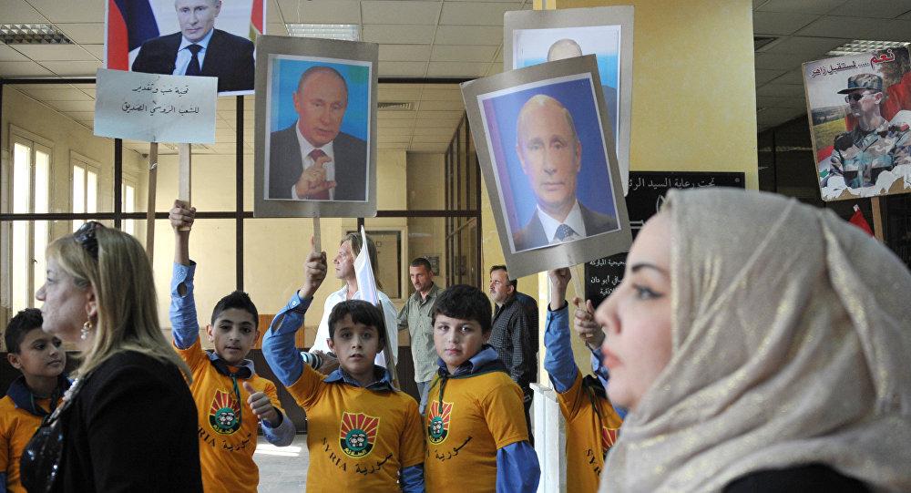 Os moradores jovens de Latakia, Síria participam de uma reunião para marcar o feriado do Dia Nacional da Unidade da Rússia e para expressar gratidão à Rússia para a sua operação de combate no seu país.
