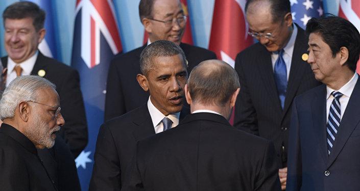 Presidente dos EUA, Barack Obama, conversa com o presidente russo, Vladimir Putin, antes da foto em grupo com outros líderes na Cúpula do G-20 em Antália