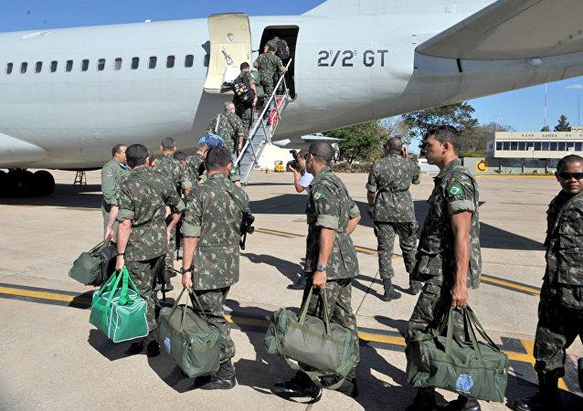 Embarque de tropas brasileiras pra o Haiti.