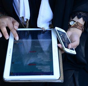 Mulher está usando um aplicativo no seu tablet