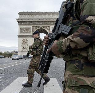 Soldados franceses cruzam o Champs Elysees em Paris, 16 de novembro de 2015