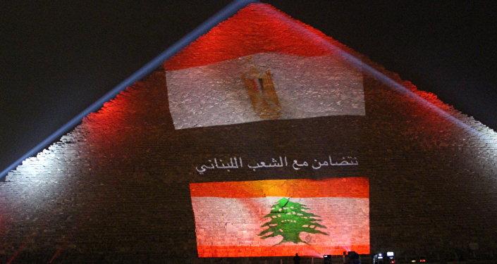 Bandeira do Líbano é projetada sobre pirâmide de Quéps, no Egito, em solidariedade às vítimas do atentado terrorista em Beirute