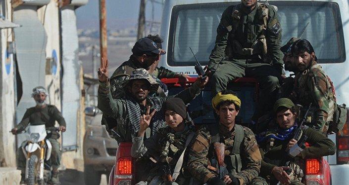 Soldados sírios perto da povoação libertada nos arredores da cidade de Aleppo