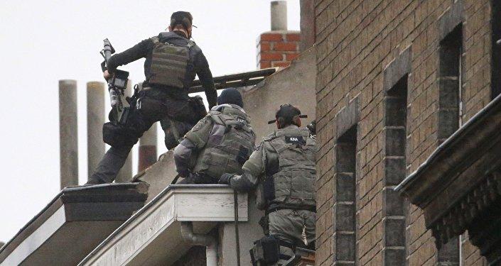 Agentes das forças especiais da polícia belga realizam um raide em busca de suspeitos nos subúrbios de Bruxelas, 16 de novembro de 2015