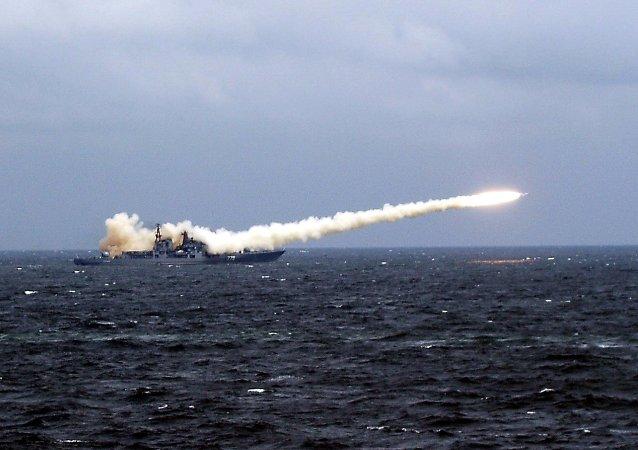 Navio russo efetua lançamento de mísseis de cruzeiro (foto de arquivo)