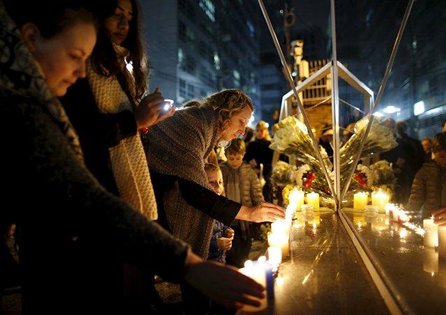 Homenagem às vítimas dos atentados de Paris em frente à embaixada francesa em Seul, na Coreia do Sul
