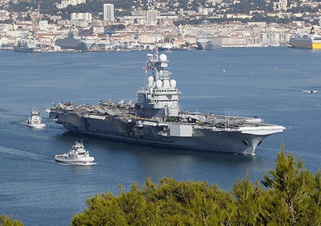 Porta-aviões francês Charles de Gaulle em Toulon