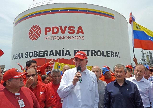 O então presidente da PDVSA, Rafael Ramírez, e o seu colega da russa Rosneft, Igor Sechin, em 2013, durante a visita do último à Venezuela