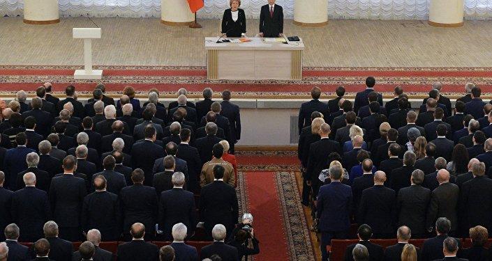 Valentina Matviyenko e Sergei Naryshkin durante a reunião conjunta de ambas as câmaras do Parlamento russo, 20 de novembro de 2015