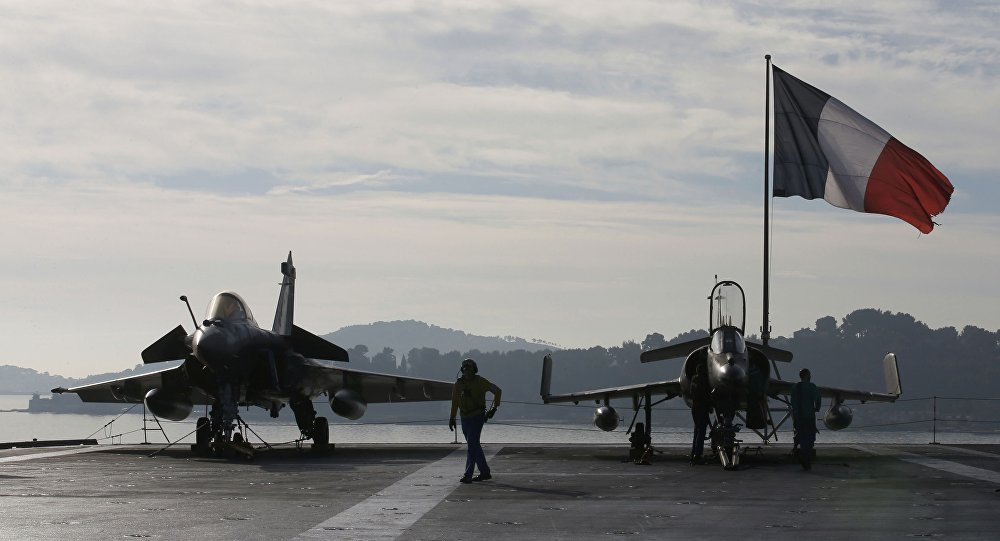Aviões de combate franceses a bordo do porta-aviões Charles de Gaulle