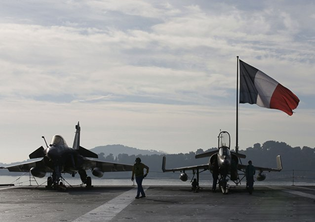 Aviões de combate franceses a bordo do porta-aviões Charles de Gaulle, 18 de novembro de 2015