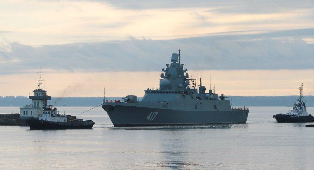 Navio de guerra russo escoltado junto a águas territoriais britânicas