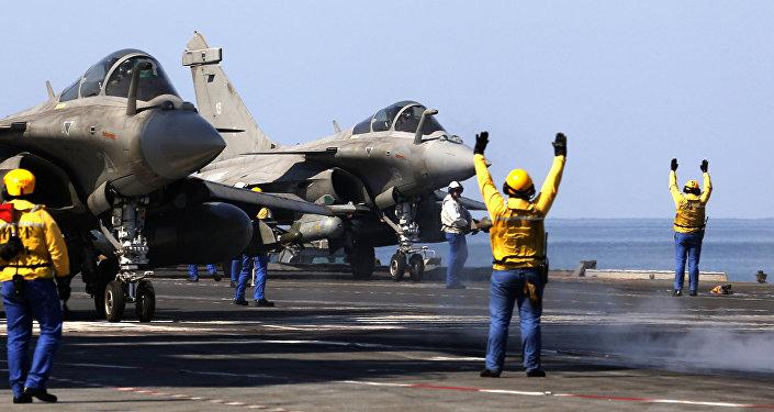 Caças franceses Rafale preparam-se para decolar do porta-aviões Charles de Gaulle