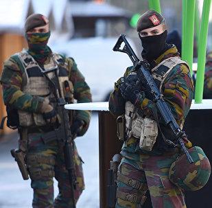 Soldados em patrulha em Bruxelas, Bélgica