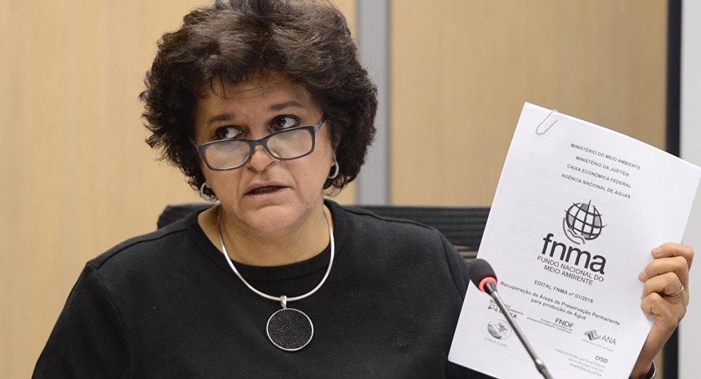 A Ministra do Meio Ambiente, Izabella Teixeira, afirmou que os trabalhos de revitalização e restauração da Bacia do Rio Doce vão ter início assim que cessar a chegada da lama ao mar