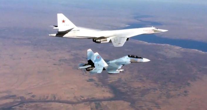 Bombardeiro supersônico Tupolev Tu-22 é escoltado pelo caça Sukhoi Su-30SM.
