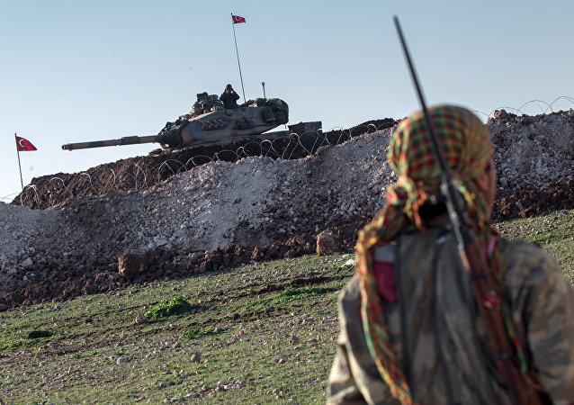Tanque turco durante incursão militar na Síria em fevereiro de 2015