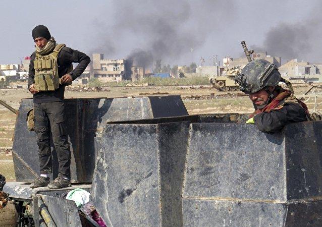 Forças iraquianas em combate contra militantes do Daesh nos arredores de Ramadi