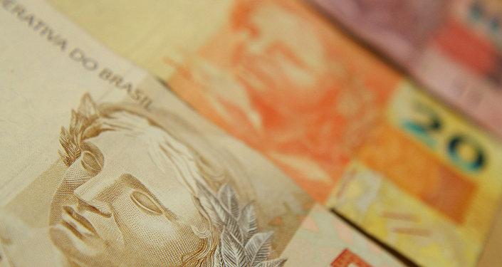 Brasileiros com contas no exterior vão poder declarar os valores à Receita Federal sem serem processados por evasão de divisa e sonegação fiscal