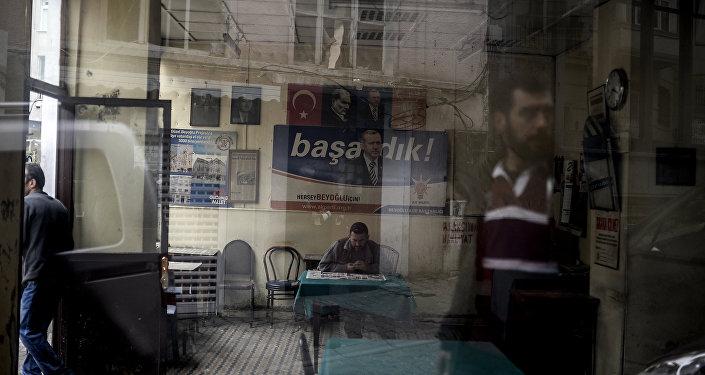 Cartaz da campanha eleitoral de Recep Tayyip Erdogan, onde se lê Vencemos!