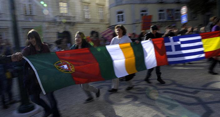 Manifestantes seguram bandeiras de Portugal, Grécia, Irlanda, Itália e Espanha durante a greve geral em Lisboa, em novembro de 2012