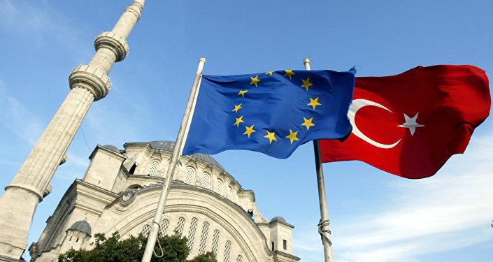 Bandeiras da União Europeia e da Turquia