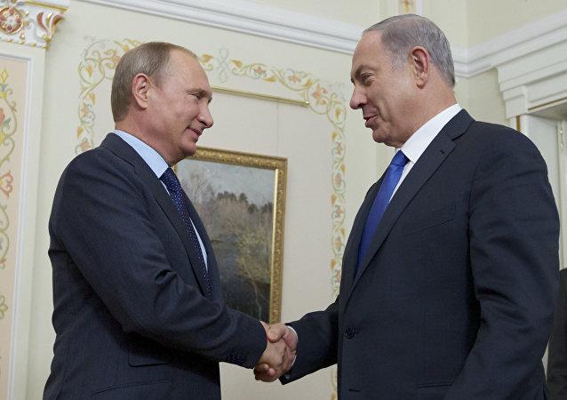 Vladimir Putin cumprimenta o primeiro-ministro de Israel, Benjamin Netanyahu