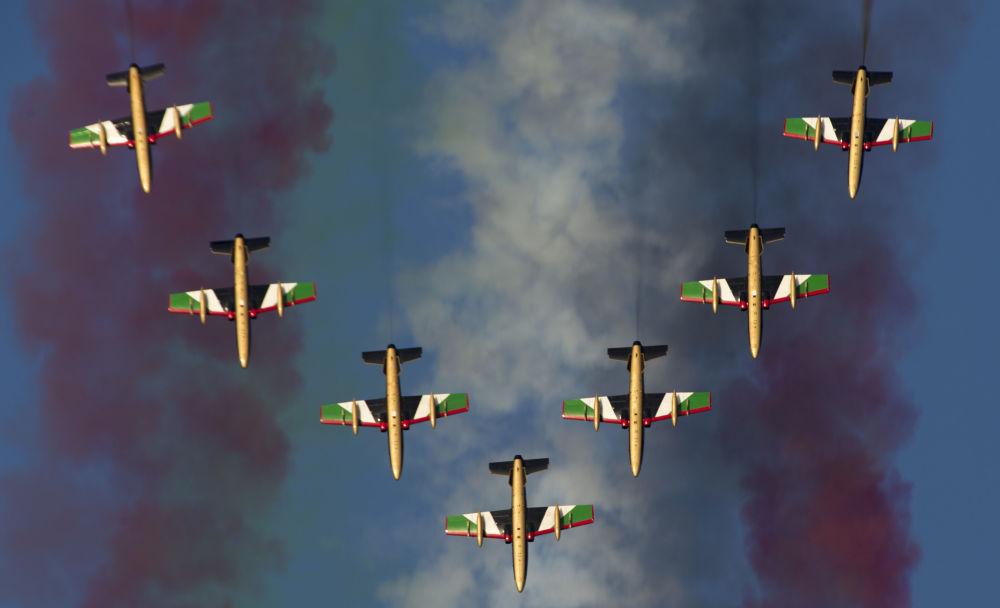 Força Aérea dos Emirados Árabes Unidos 'Al Fursan' na exposição aeroespacial internacional Airshow Dubai-2015