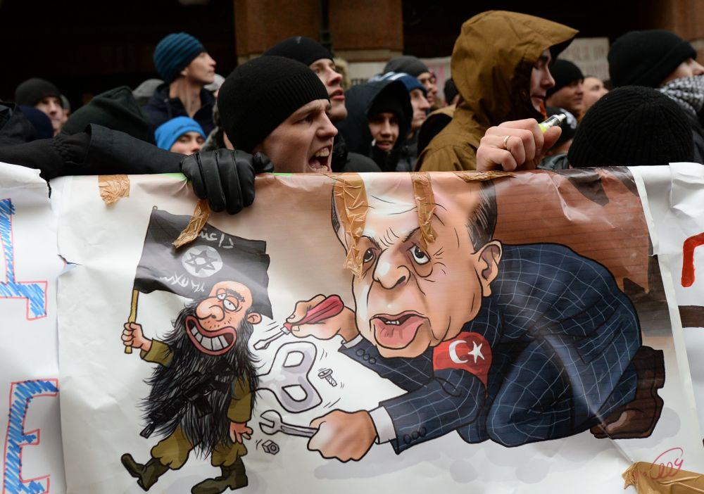 Participantes da ação de protesto contra as ações da Força Aérea turca em frente à Embaixada da Turquia em Moscou