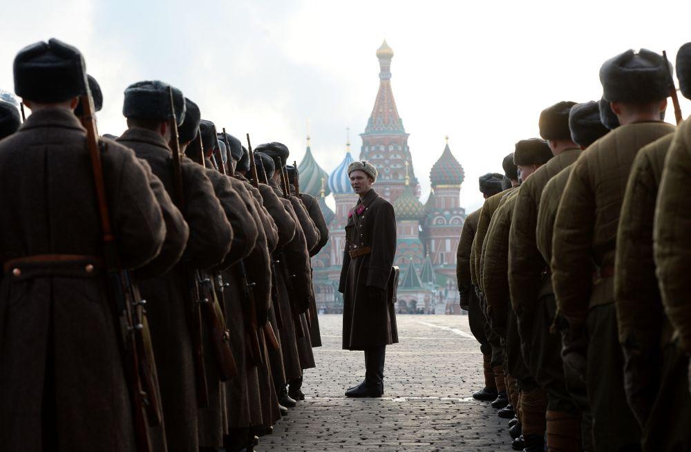 Participantes da marcha solene dedicada ao lendário desfile de 7 de novembro de 1941, na Praça Vermelha em Moscou