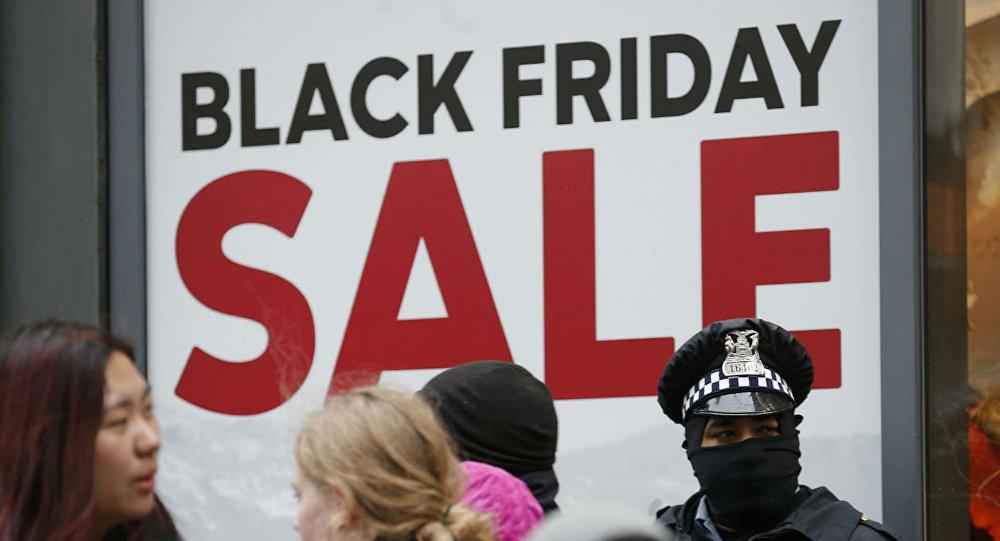 O Black Friday dos EUA foi marcado por número recorde de venda de armas e por protestos contra a violência policial.