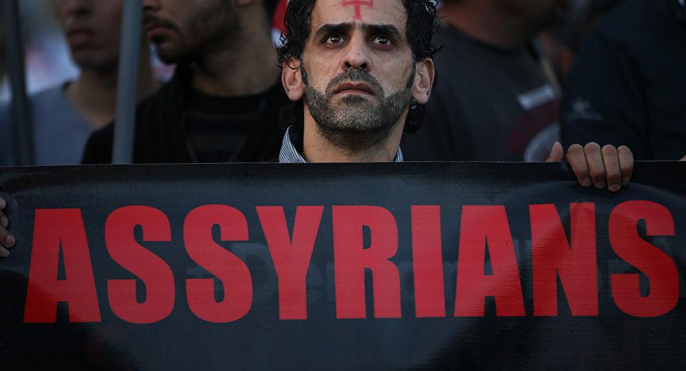 Homem segura cartaz em apoio a cristãos assírios sequestrados