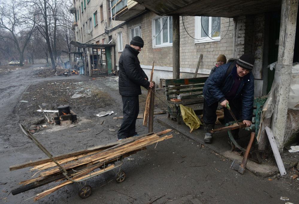 Habitantes de Debaltsevo usam fogueira para preparar comida