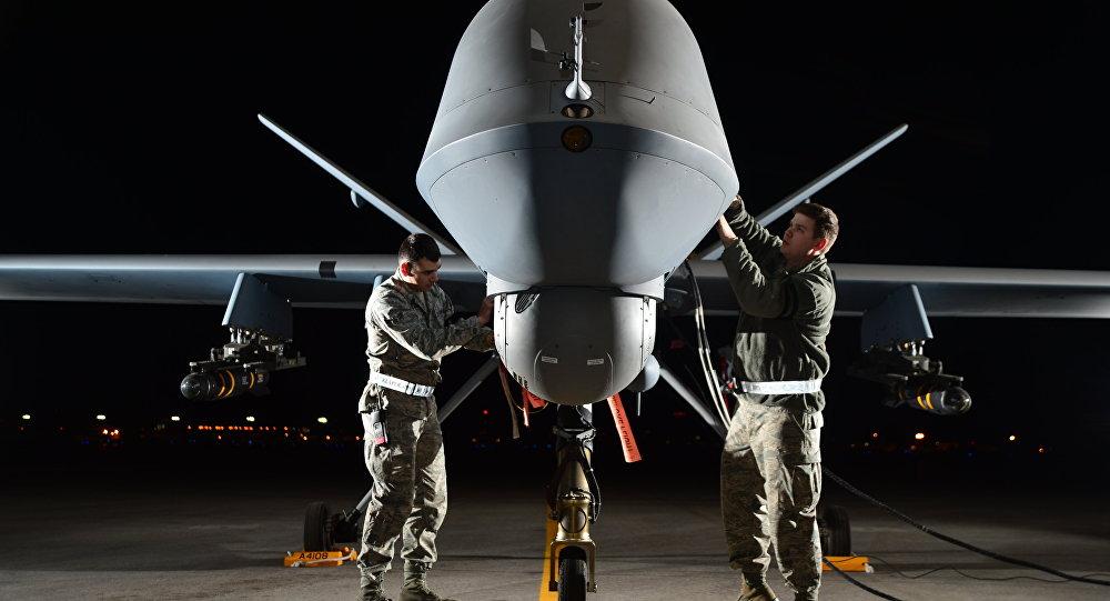 Militares norte-americanos preparam um drone MQ-9 Reaper para exercícios de voo