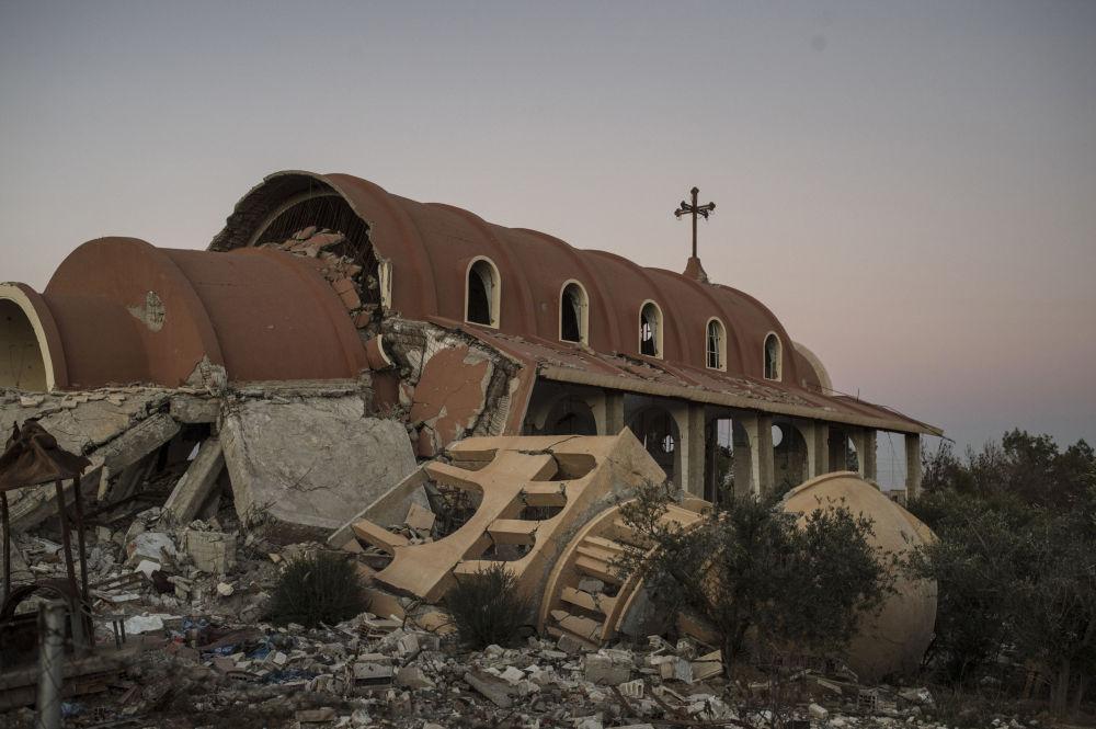 Igreja de uma vilarejo cristão destruído pelo Daesh na província de Al-Hasaka, nordeste da Síria