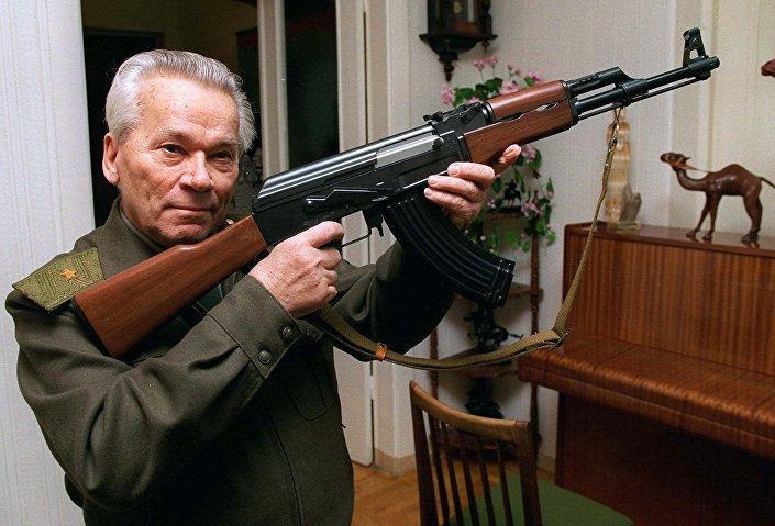 General Mikhail Kalashnikov, engenheiro militar russo famoso pela criação dos rifles de assalto AK-47, AKM, AK-74 e da metralhadora PK. O rifle de assalto AK-47 é o mais popular e amplamente utilizado no mundo. É conhecido por sua confiabilidade em mais diversas condições e pela facilidade no manuseio.