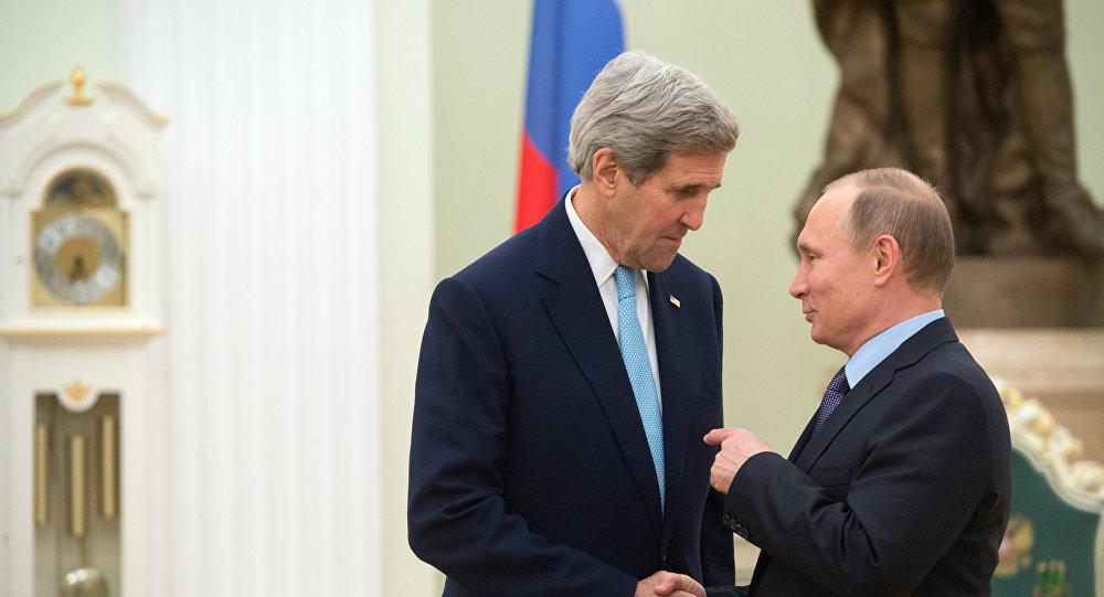 Presidente russo Vladimir Putin saúda o secretário de Estado dos EUA, John Kerry, no Kremlin