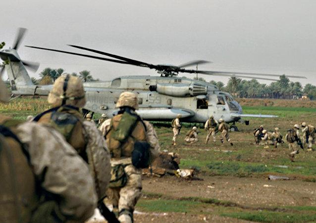 Fuzileiros navais norte-americanos em al-Qaim, perto da fronteira síria, oeste do Iraque
