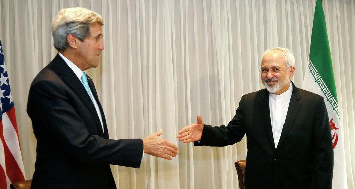 Ministro das Relações Exteriores do Irã, Mohammed Javad Zarif, cumprimenta o secretário de Estado dos EUA, John Kerry, Genebra, 14 de janeiro de 2015