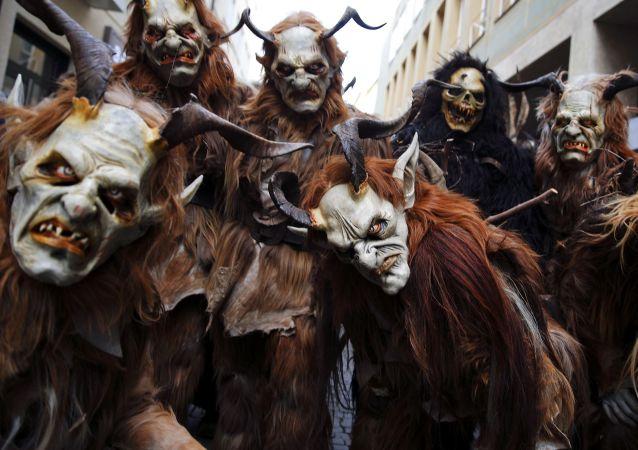 Homens vestidos de Krampus (imagem referencial)