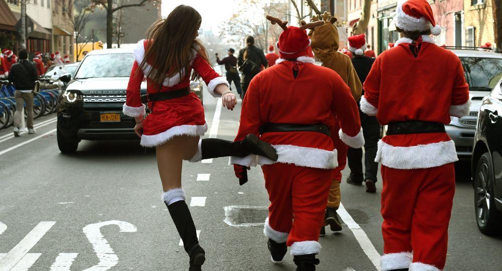 Pessoas fantasiadas de Papai Noel desfilam nas ruas de Nova York após o encontro SantaCon 2015 em McCarren Park, Brooklyn. 12 de dezembro.