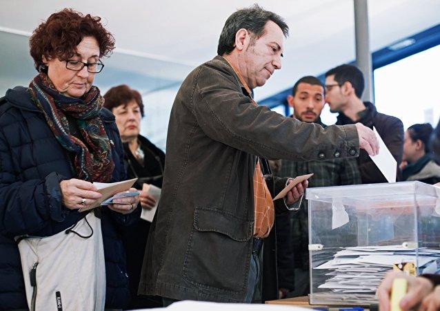 Eleitores votam nas eleições parlamentares na Espanha, Barcelona, 20 de dezembro de 2015