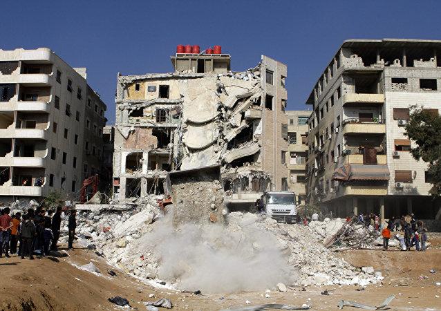 Vista pelo local destruido em resultado do alegado ataque israelense nos arredores de Damasco, 20 de dezembro de 2015