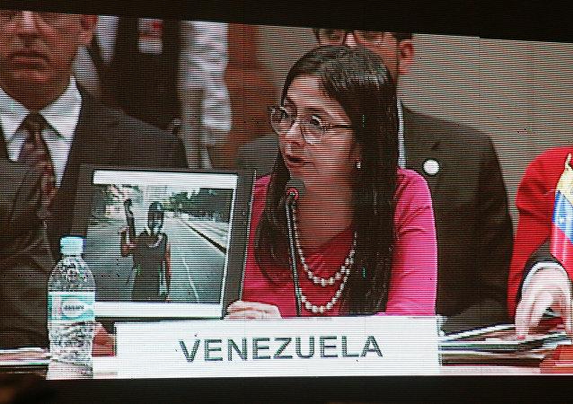 Chanceler da Venezuela, Delcy Rodríguez, mostra fotos das manifestações de 2014 em Caracas, durante sua resposta ao presidente argentino Mauricio Macri, na Cúpula do Mercosul