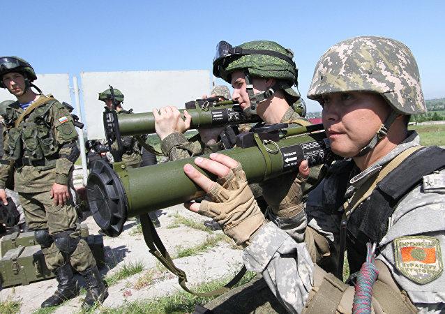 Especialistas russos ensinam soldados quirguizes a usar lança-granadas