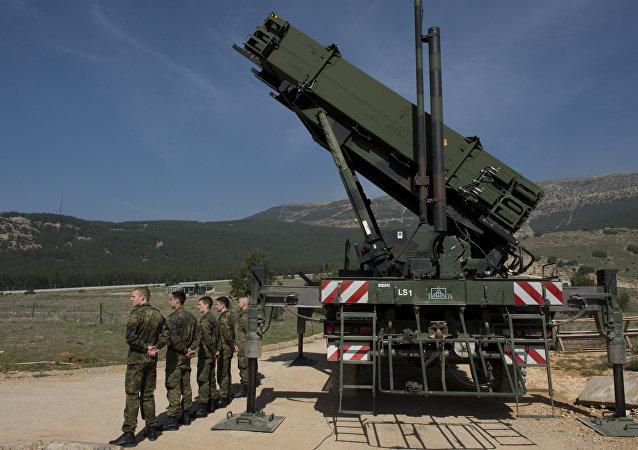 Soldados alemães diante de um sistema antiaéreo Patriot em Kahramanmaras, Turquia