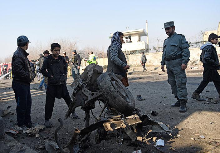 Local da explosão de um carro-bomba em Cabul em 28 de dezembro